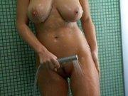 Nackte Schlampe unter der Dusche